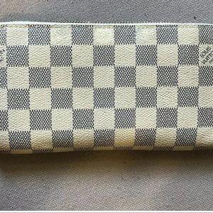 SOLDAuthentic Louis Vuitton damier azur zippy
